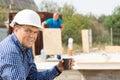 Manlig tekniker holding cup av kaffe på platsen Arkivbilder