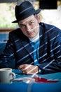 Mann in Fedora, das im Restaurant sitzt Lizenzfreie Stockfotografie