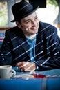Mann in Fedora, das im Restaurant sitzt Stockbilder