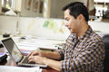 Mannelijke architect working at desk op laptop Royalty-vrije Stock Afbeeldingen