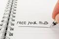Mano con pen writing free your mind en cuaderno Fotografía de archivo