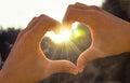 Mano en corazón de la sol del amor Fotografía de archivo