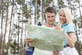 Mapa de caminhada novo da leitura dos pares na floresta Foto de Stock Royalty Free
