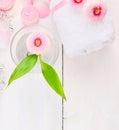 Margaridas cor de rosa com um vidro da água e de uma toalha branca Imagem de Stock Royalty Free