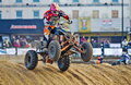 Margate r u mars jerome bricheux prend son quadruple d atv modifié par sports au dessus d une dune de sable artificiellement Photos libres de droits