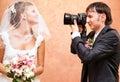 Mari prenant la photo de son épouse Photo libre de droits