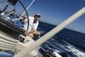 Marinaio at helm della barca a vela Immagini Stock