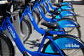 Marzo new york una fila dei citibikes new york a Fotografie Stock