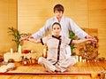 Masseur mâle faisant la femme de massage dans la station thermale en bambou. Photographie stock