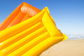 Matelas d air jaune et orange Images libres de droits