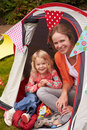 Mather and daughter enjoying camping vakantie op kampeerterrein Royalty-vrije Stock Fotografie