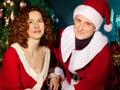 Mature kopplar ihop förälskade ha på sig Santa hattar Royaltyfria Foton