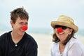 Maduro mujer con adulto hasta hijo en playa fiesta