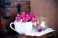 Mazzo delle rose in una tazza, candele, note Immagine Stock Libera da Diritti