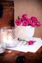 Mazzo delle rose in una tazza, candele, note Fotografia Stock