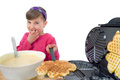 M�dchen backt waffeln girl bakes waffles with a modern waffle makers Stock Photography