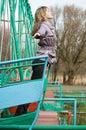 Mädchen im Park auf altem Schwingen Stockbilder