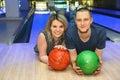 Mädchen und Mann liegen auf Parkett im Bowlingspielklumpen Lizenzfreies Stockfoto