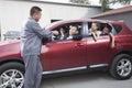 Mecánico giving car keys a la familia Fotos de archivo