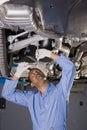 Meccanico automatico sotto l'automobile Fotografia Stock