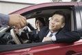 Mechanisch giving car keys aan gelukkig paar Stock Afbeeldingen