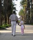 Meisje dat in een park met haar grootvader loopt Stock Afbeeldingen