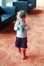 Meisje het drinken soda van plastic buis Stock Afbeelding