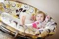 Meisje in pyjama's op zonnige ochtend Stock Afbeelding