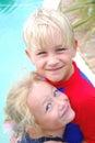 Mejores amigos del niño pequeño y de la muchacha Imagenes de archivo