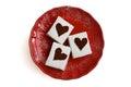 Melcochas con el fondo blanco sacado el polvo cacao de la placa roja de los corazones arriba Foto de archivo