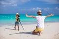 Menina adorável pequena que faz a foto de seu pai novo na praia exótica Imagem de Stock