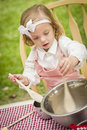 Menina adorável que joga o cozinheiro chefe cooking Imagens de Stock Royalty Free