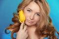 Menina bonita com tulip flower sobre o azul beleza woman modelo f Imagens de Stock
