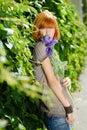 A menina bonita do redhead com roxo levantou-se Fotografia de Stock