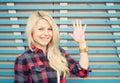 Menina bonita perto da parede na rua no verão em um coração de papel vermelho levantado da mão foto colorida do moderno Imagem de Stock Royalty Free