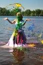 A menina em um vestido de casamento derramou por uma pintura Imagem de Stock Royalty Free