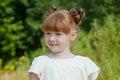 Menina ruivo adorável no fundo verde Imagens de Stock