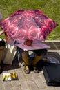 Menina sob a tração do guarda-chuva de sol Fotografia de Stock Royalty Free