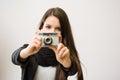 Menina triguenha nova bonito que toma imagem com câmera retro Imagens de Stock Royalty Free