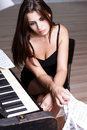 Menina triste perto do piano Foto de Stock Royalty Free