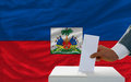 Mens die over verkiezingen in haïti stemmen Stock Fotografie