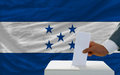 Mens die over verkiezingen in honduras stemt Royalty-vrije Stock Foto's