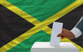 Mens die over verkiezingen in jamaïca stemt Royalty-vrije Stock Foto