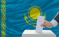 Mens die over verkiezingen in kazachstan stemmen Stock Fotografie