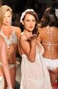 Miami de julho o modelo anda pista de decolagem na praia bunny swimsuit collection para o verão da mola Foto de Stock Royalty Free