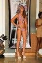 Miami lipiec model chodzi pas startowego dla kara swimwear kolekci Obraz Stock
