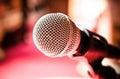 Mikrofon w karaoke sala konferencyjnej lub pokoju Zdjęcia Stock