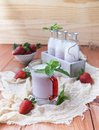 Milk shake da morango em uma tabela de madeira rústica Imagens de Stock
