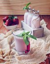 Milk shake da morango em uma tabela de madeira rústica Foto de Stock Royalty Free