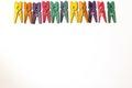 Mini colourful clothes pegs Lizenzfreie Stockfotos